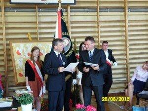 Dyrektor Wydziału Edukacji Starostwa Powiatowego z wychowawcami wręcza nagrody i dyplomy wyróżniającym się uczniom.